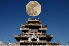 Vollmond mit altem verziertem Tempeldach am Norden in Thailand Südostasien Lizenzfreie Stockfotos