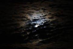 Vollmond mit drastischen Wolken und Mondhalo Lizenzfreie Stockbilder
