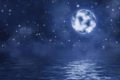 Vollmond mit hellen glänzenden Sternen und Nebelfleck über Wasser mit Wellen Lizenzfreie Stockfotos