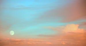 Vollmond am Sonnenuntergang Stockbilder