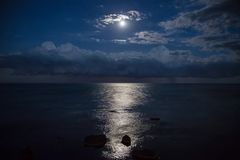 Vollmond und Reflexion im Meer, schöne Wolken Lizenzfreies Stockbild