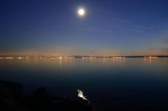 Vollmond und Sterne über Meer-` Weichzeichnung ` Stockbilder