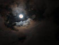 Vollmond unter bunten wirbelnden Wolken Stockfoto