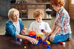 Vollständig absorbiert im Prozess der Gebäudefamilienmitglieder, die zusammen spielen stockfotos