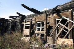 Vollständig gebranntes Haus im Dorf Das kleine Haus gebrannt zu Boden Lizenzfreie Stockfotografie