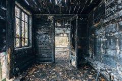 Vollständig gebranntes Holzhaus Konsequenzen des Feuers lizenzfreie stockfotos