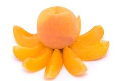 Vollständige Aprikose auf Aprikosenscheiben Stockbilder