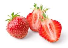 Vollständige Erdbeere und Erdbeere beinahe eingeschnitten Stockfotos
