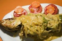 Vollständige Fische der karibischen Art mit Salat Stockfoto