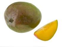 Vollständige Mangofrucht und Scheibe Stockfotografie