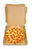 Vollständige Pepperonipizza in einem Kasten Stockbilder