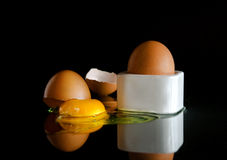 Vollständige und gebrochene Eier   Stockfoto