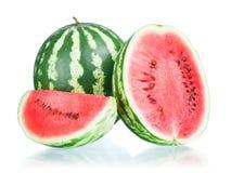 Vollständige Wassermelone, Hälfte und Scheibe Stockfotografie