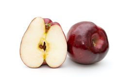 Vollständiger Apfel und Hälfte des Apfels. Stockbilder