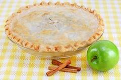 Vollständiger selbst gemachter Apfelkuchen mit Zimt-Steuerknüppeln Stockbild