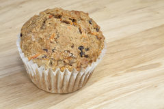 Vollständiges Korn-Karotte Raisen Muffin stockbild