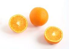 Vollständiges Orange und Orange geschnitten in zwei stockfotos