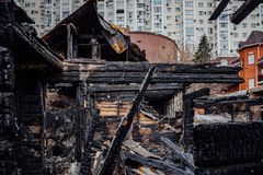 Vollst?ndig gebranntes Holzhaus Konsequenzen des Feuers lizenzfreie stockfotografie