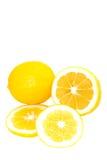 Vollständige und geschnittene helle gelbe Meyer-Zitronen Lizenzfreie Stockfotos