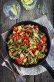 Vollweizen fusilli Teigwaren mit Gemüse Stockbilder