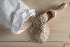 Vollweizen-Mehl auf Tischplatte lizenzfreies stockfoto