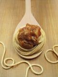 Vollweizen-Teigwaren auf Löffel mit Soße Lizenzfreies Stockfoto