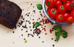 Vollweizenbrot mit Rom-Tomaten- und -pfeffervielzahl Stockbild
