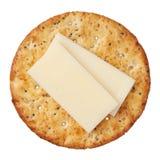 Vollweizencracker und -käse, getrennt auf weißem Hintergrund Lizenzfreies Stockbild