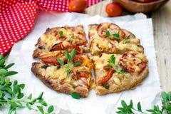 Vollweizenpizza mit Tomaten, Käse und Kräutern Lizenzfreie Stockbilder
