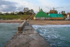 Volnorez sur la plage dans le village de Primorsky Image libre de droits