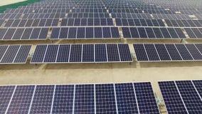 Volo aereo al concetto di ecologia di risparmio energetico di verde dell'azienda agricola dei pannelli solari video d archivio