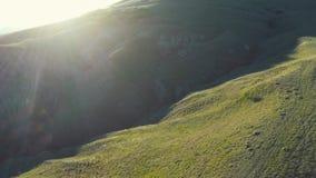 Volo aereo del fuco al tramonto sopra la valle con le colline stock footage