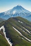 Volo aereo sopra i vulcani di Kamchatka la terra dei vulcani e delle valli verdi fotografia stock libera da diritti