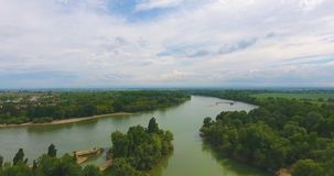 Volo aereo sopra il fiume con i pescatori che si siedono in barche e cinghia della foresta lungo la r archivi video