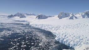 Volo aereo sopra neve, litorale dell'Antartide del ghiaccio archivi video