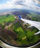 Volo in aereo - un genere alla terra fotografie stock