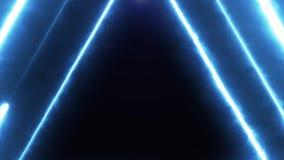 Volo al neon del bakcground attraverso i triangoli al neon giranti d'ardore edless che creano un tunnel, spettro viola di rossi c stock footage