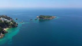 Volo alla piccola isola nel mare stock footage