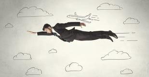 Volo allegro dell'uomo d'affari fra le nuvole disegnate a mano del cielo Immagine Stock