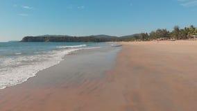 Volo basso del fuco sopra le onde della spiaggia di Agonda Stato di Goa L'India archivi video
