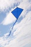 Volo blu dell'aquilone Fotografie Stock