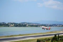 Volo che parte dall'aeroporto di Corfù immagini stock