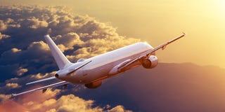 Volo commerciale dell'aeroplano sopra le nuvole drammatiche immagine stock