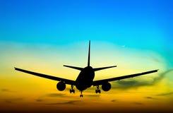 Volo commerciale profilato dell'aeroplano Immagini Stock