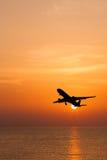 Volo commerciale profilato dell'aeroplano Immagine Stock