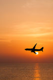 Volo commerciale profilato dell'aeroplano Fotografia Stock