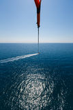 Volo con un paracadute sopra il mare Fotografie Stock Libere da Diritti
