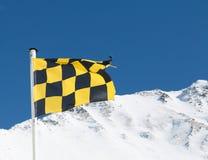 Volo d'avvertimento della bandiera di rischio giallo e nero della valanga nel supporto immagine stock