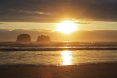 Volo dei pellicani al tramonto Immagini Stock Libere da Diritti