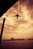 Volo dei velivoli sopra il mare Immagini Stock Libere da Diritti